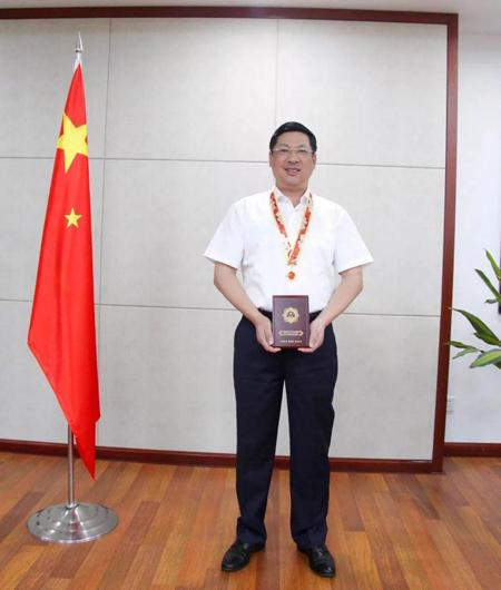 华丽董事长范天铭先生荣获庆祝中华人民共和国成立70周年纪念章